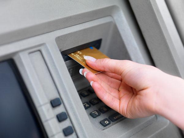 Cuidado al sacar dinero de los cajeros for Dinero maximo cajero