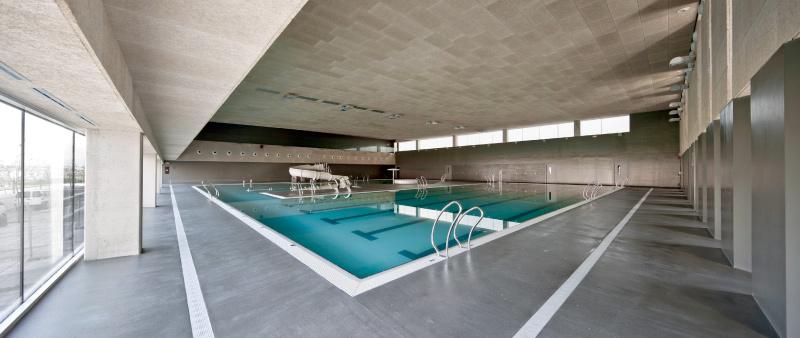 el cierre de las piscinas cubiertas en verano lleva a un