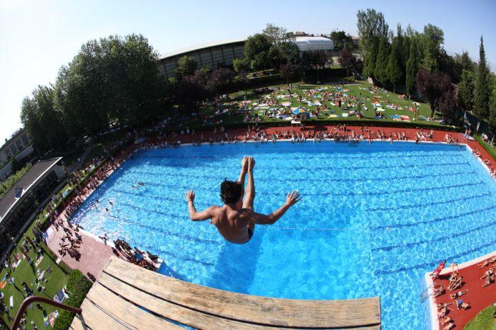 57 a os de saltos de trampol n for Piscina zabalgana