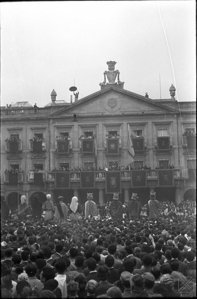 ARQ-0280_071-Chupinazo-en-las-fiestas-de-la-Virgen-Blanca-04_08_1957.-Autor-ARQUE.-AMVG-676x1024