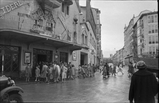 Ideal Cinema y acceso al Teatro Florida (Arqué 1958. Archivo Municipal)