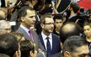 Maroto y el Príncipe atienden al vídeo sobre Salinas
