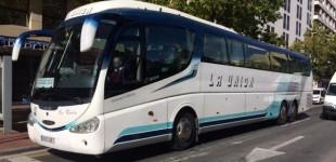 Estudiantes del Campus de Álava recogen firmas para mantener las paradas del bus a Bilbao
