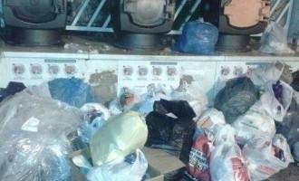 Barricadas de suciedad frente a los buzones y contenedores de basura