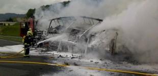 Un camión arde en la AP1 y provoca importantes retenciones