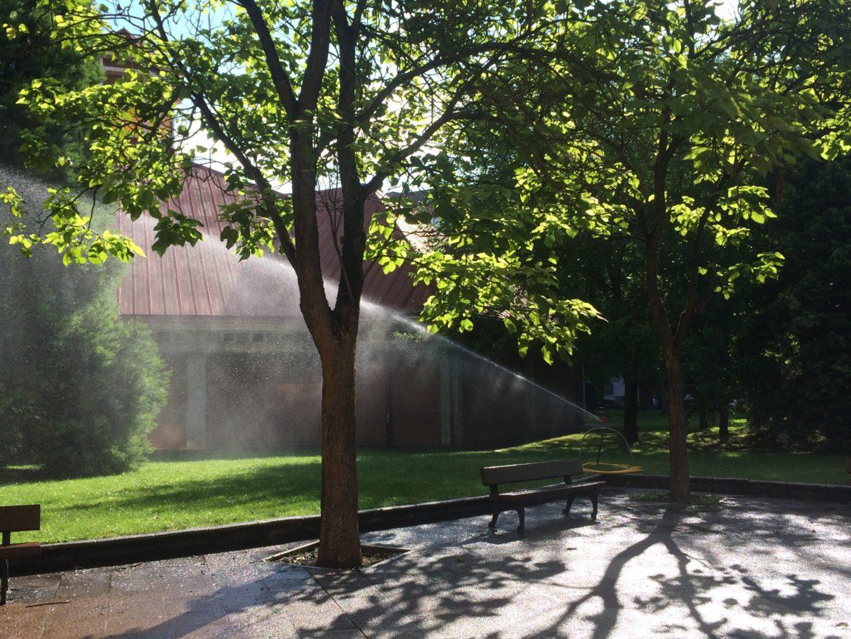 Los aspersores vuelven a regar los jardines pese a la for Aspersores para jardin