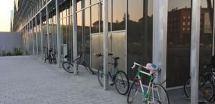 Los ciclistas candan las bicis en la fachada de la estación pese a existir plazas