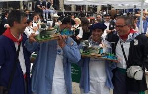 Luis Izaga (dcha) junto al Concejal de Cultura y los ganadores del Concurso Gastronómico