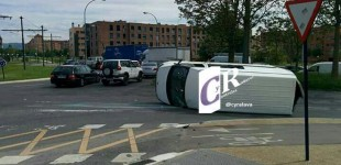 Una furgoneta vuelca tras chocar contra el tranvía en Abetxuko