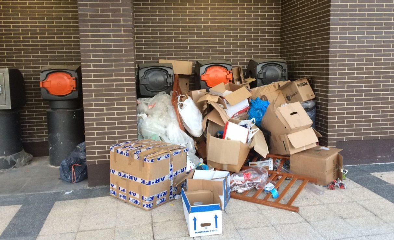 Limpiar la basura fuera de buzones y contenedores cuesta 1 millón al año