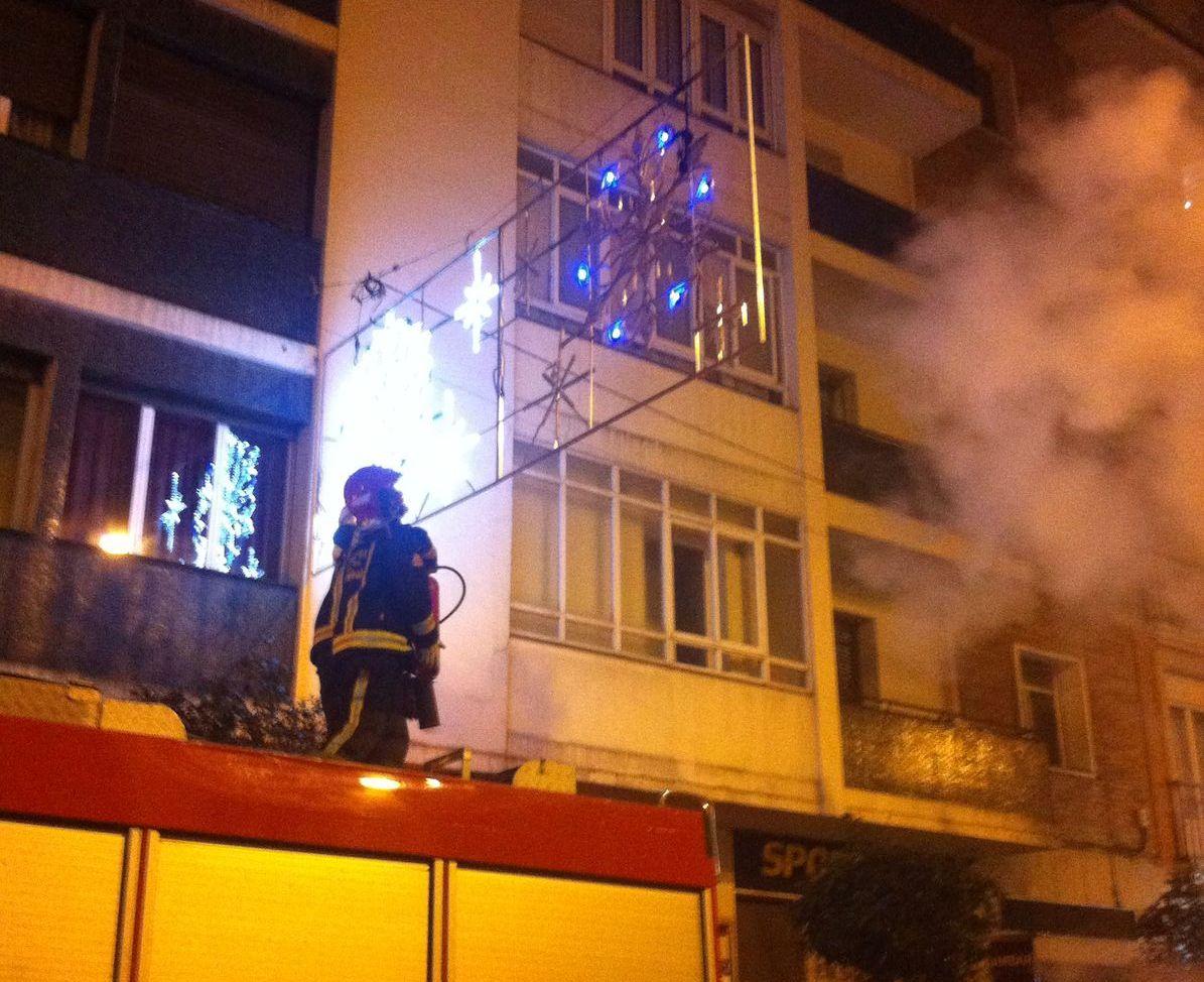 V deo los bomberos apagan un incendio en la iluminaci n navide a gasteiz hoy - Iluminacion vitoria ...