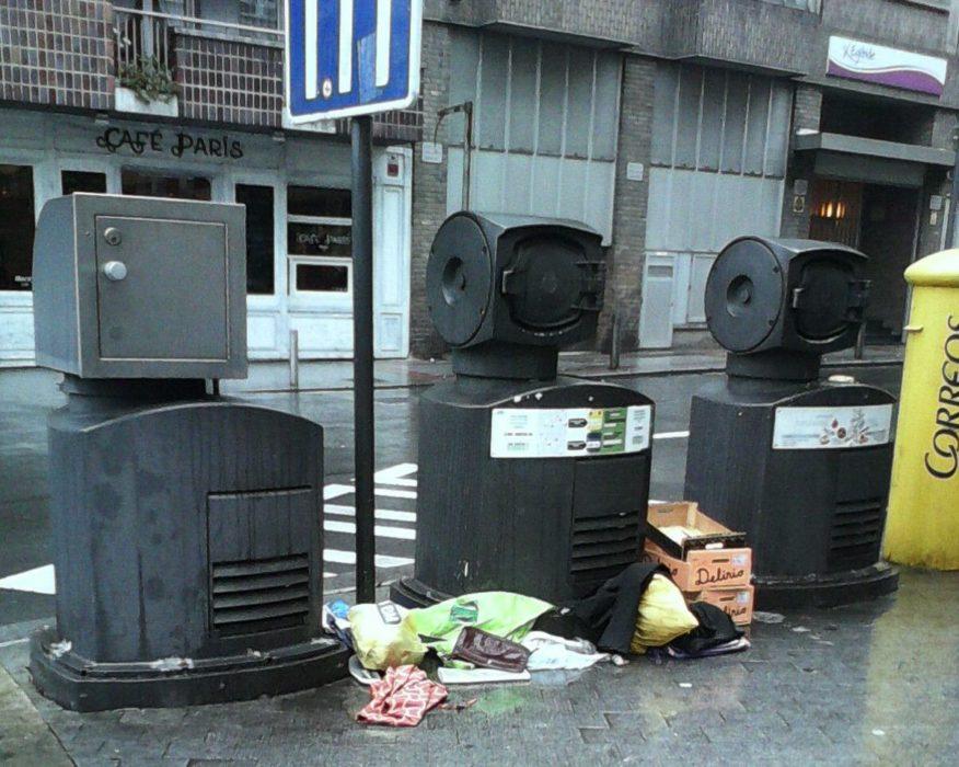 Multan a una mujer porque su nombre aparecía en un montón de basura dejado en la calle