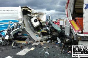 Un camión y una furgoneta chocan en la N240