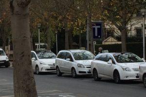 Los taxistas esperarán a que sus clientes entren en el portal por la noche