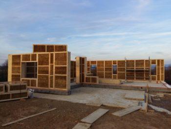 Una empresa vitoriana es la única de España con acreditación para hacer casas de madera y paja