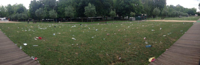 """Los jóvenes de Judimendi limpian el parque """"ante la dejadez"""" del Ayuntamiento"""