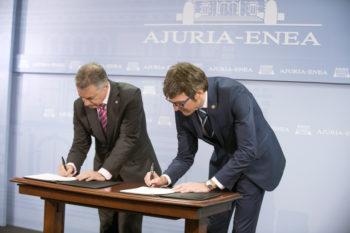 Firma del acuerdo entre Iñigo Urkullu y Gorka Urtaran