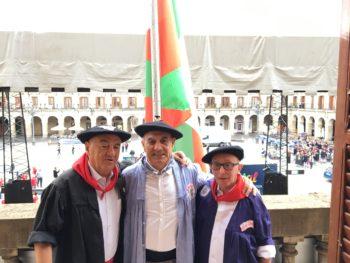 Vitoria-Gasteiz iza la Ikurriña el Día del Blusa 40 años después