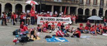 La huelga de monitores y socorristas se mantiene en piscinas y centros cívicos