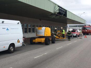 Un camión de DHL rompe el techo de la terminal de Foronda