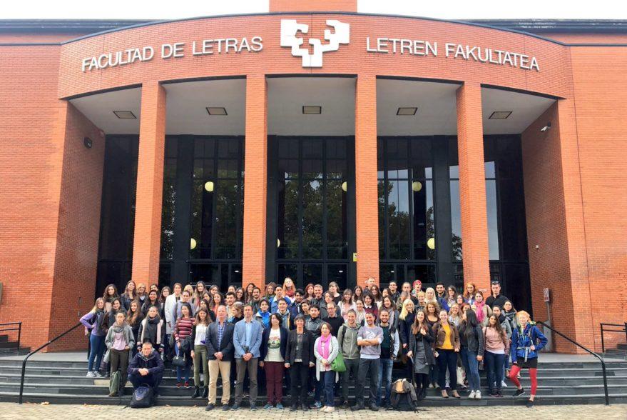Los estudiantes posan junto a la Concejala de Educación  (@porvitoria)