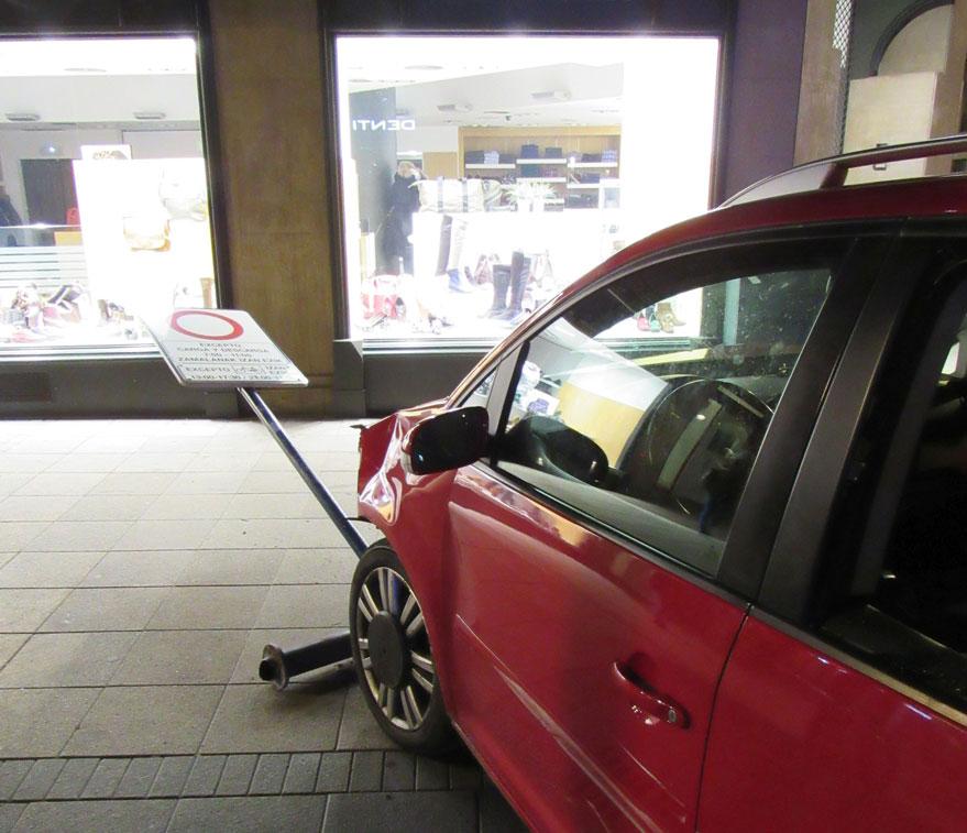 Un joven pierde el control de su vehículo y choca contra coches y mobiliario