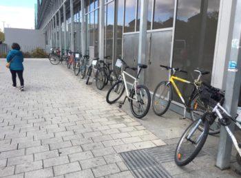 Los ciclistas siguen aparcando mal en la Estación de Autobuses pese al nuevo aparcabicis