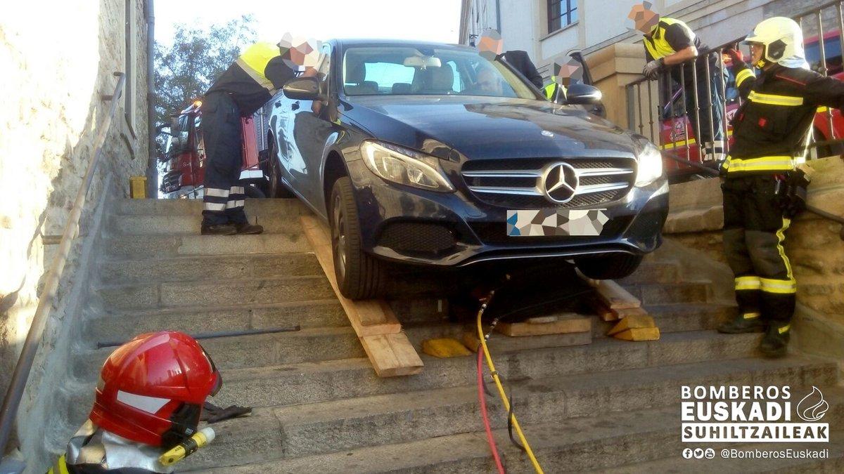 Vehículo atrapado en las escaleras del Matxete (@BomberosEuskadi)