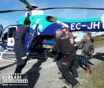 El helicóptero rescata a un ciclista accidentado en Elgea