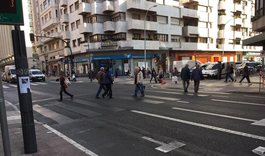 Paso de peatones de la calle Paz, que ha sido 'borrado' con pintura negra