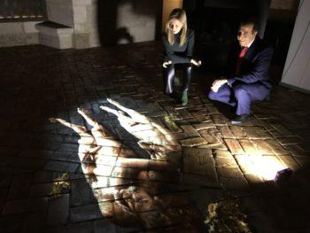 La autora y el presidente de Fundación Vital miran los cadáveres