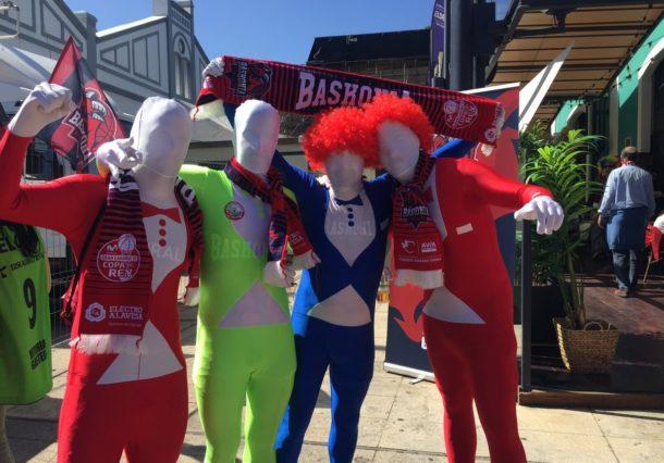 La afición de Baskonia conquista Gran Canaria: de rojo y con disfraces