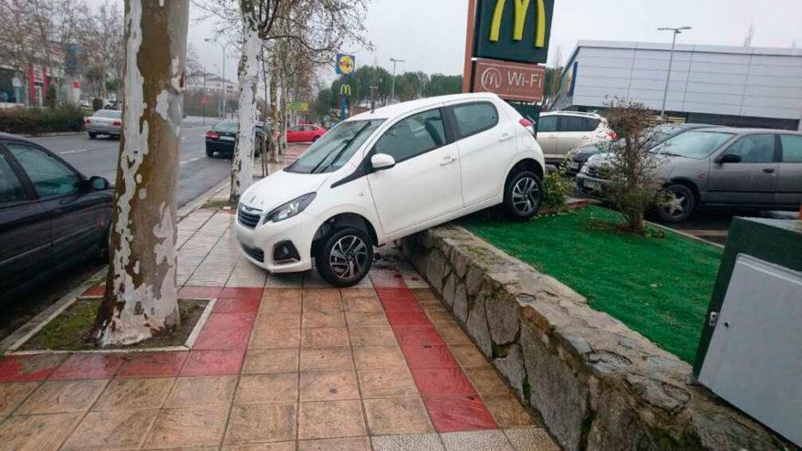 coche colgando murete