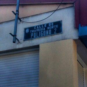 Placa que sigue denominando como polígono 2 al barrio de El Pilar en la Escuela de Idiomas de Pio Baroja.