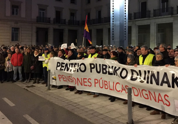 Los pensionistas alaveses protestan por la subida del 0,25% en las pensiones