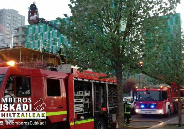 Los bomberos apagan un incendio en un edificio en construcción de Salburua