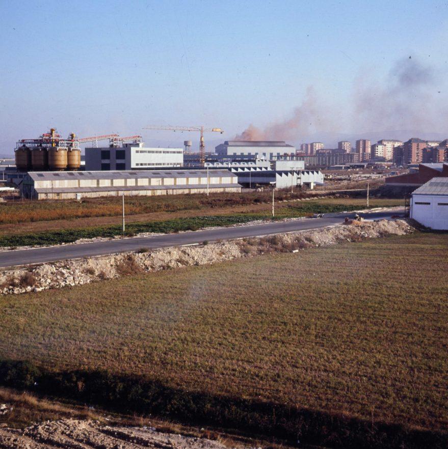 Vista de la zona industrial en 1973. Al fondo se pueden ver los edificios de Zaramaga. Fondo Fundación Sancho el Sabio.