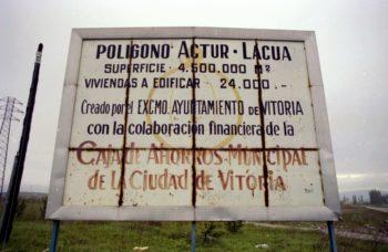 Cartel anunciador del ACTUR de Lakua. Archivo del Territorio Histórico de Álava.