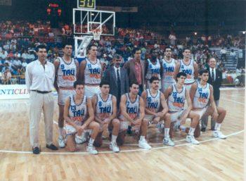 Foto: Archivo Provincial de Álava. Fernando Buesa en el centro en lainauguracióndel Pabellón Araba (15/09/1990)