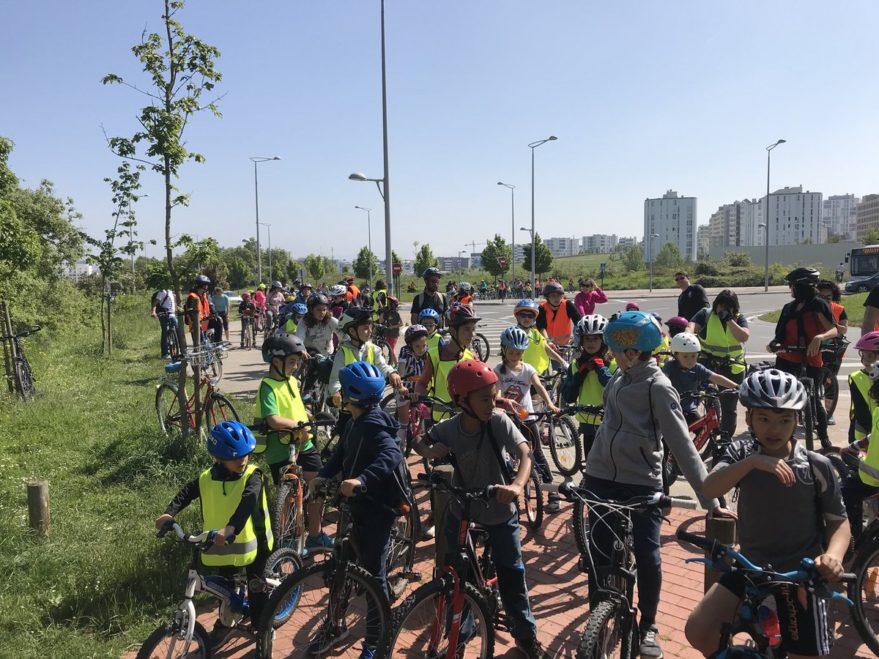Zabalgana celebra con luces y reivindicaciones la fiesta de la bicicleta