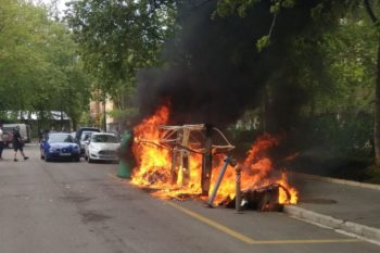 Arden varios contenedores en Adurtza