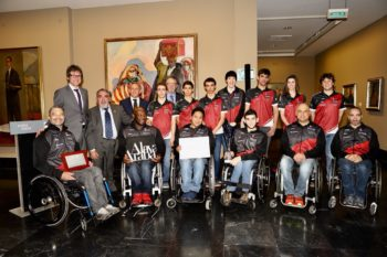Homenaje a Zuzenak por su ascenso y a Roberto Galdos por su medalla de oro