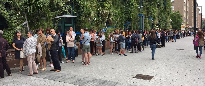 Cientos de personas acuden al casting de figurantes para El Silencio de La Ciudad Blanca
