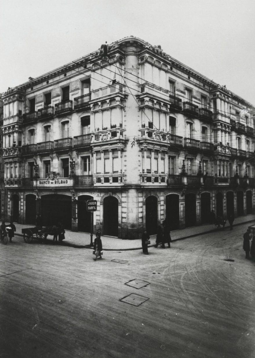 Antiguo edificio del Banco de Bilbao en 1925, sustituido en los años setenta por el actual en la confluencia de la calle Geeneral Álava con Dato. Fondo Fundación Sancho el Sabio.