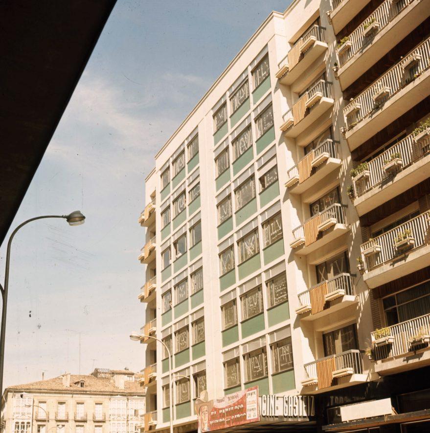 Edificio recién construido en el que se encontraba el cine Gasteiz a mediados de los años sesenta. Fondo Fundación Sancho el Sabio.