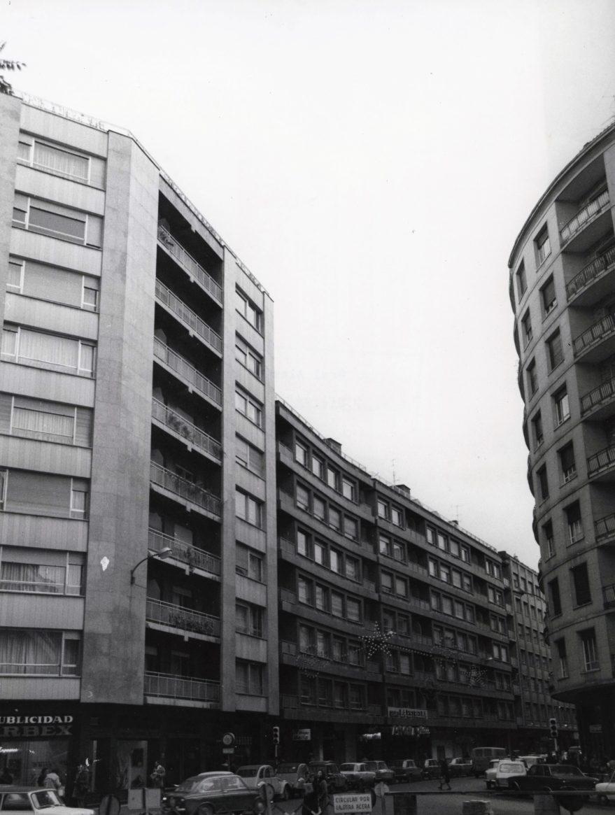 Vista de la calle sin la fuente luminosa hacia 1972. Al fondo se puede apreciar la entrada del Cine Astoria y a la izquierda Crevitor. Fondo Fundación Sancho el Sabio.