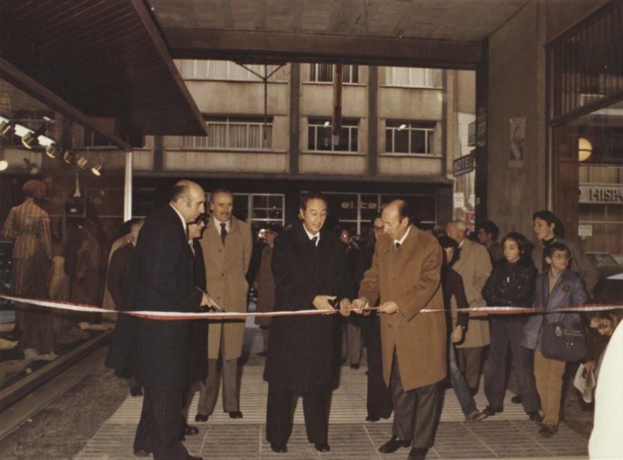 Inauguración con la presencia del entonces alcalde Alfredo Marco Tabar del pasaje comercial entre General Álava y Postas a hacia 1977. Fondo Fundación Sancho el Sabio.