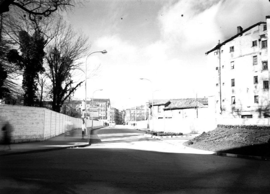 Aspecto de la calle General Álava pocos meses después de su apertura. Fondo Alberto Schommer. ATHA