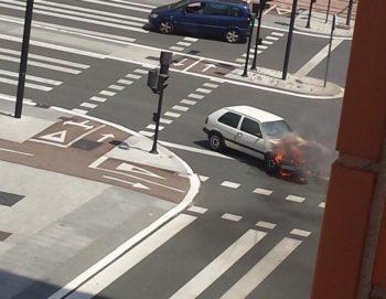 Arde un vehículo en la Avenida Gasteiz