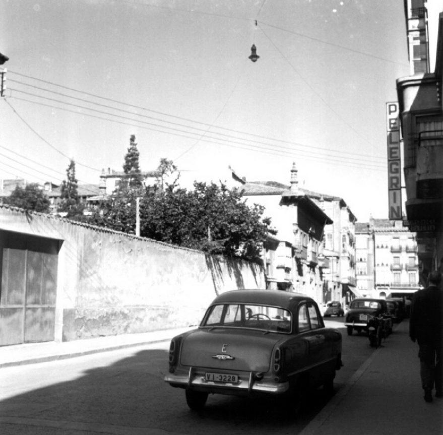 Aspecto del primer tramo de la calle antes de la apertura de la prolongación desde el exterior del estudio de fotografía de Alberto Schommer Koch. Fondo Alberto Schommer. ATHA.